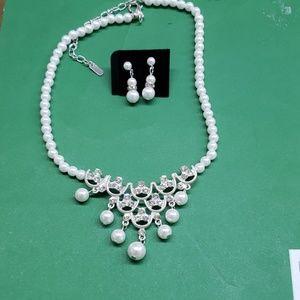 Jewelry - Pearl necklace w/ silver rhinestone